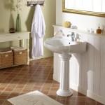 un lavabo avec pied en forme de colonne
