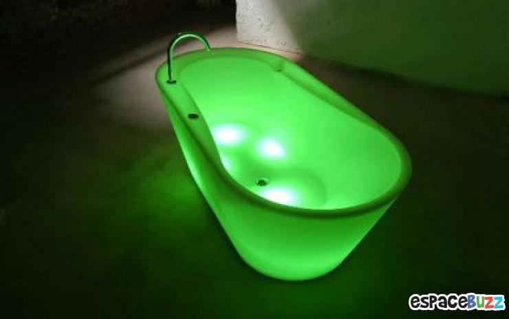 Top 10 des baignoires les plus insolites planetebain for Baignoire lumineuse