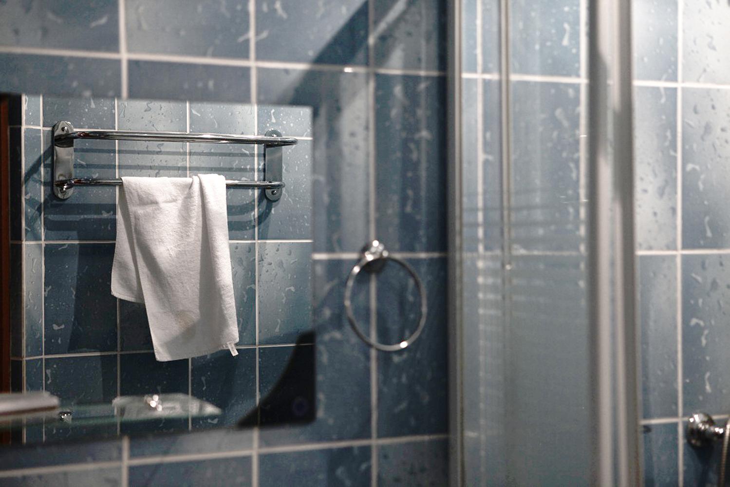 Porte serviette et accessoire design pour une salle de bain colorée !