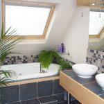 une salle de bain carrelée