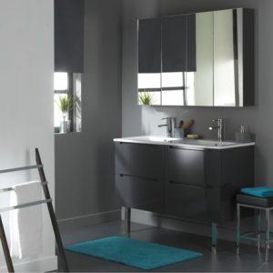 un miroir design pour grande salle de bains
