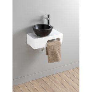 une salle de bain avec sol effet parquet