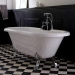une salle de bain avec coloris noir et blanc