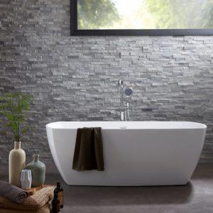 une baignoire ilot contre un mur