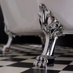 une baignoire avec des pieds en chrome