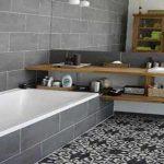 un modèle de salle de bain avec carreaux en ciment