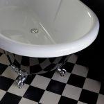 pieds d'une baignoire ilot vintage